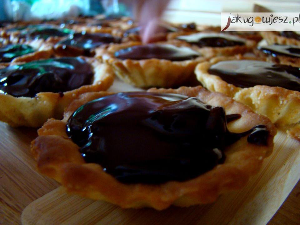 Kruche babeczki z masą krówkową i czekoladą