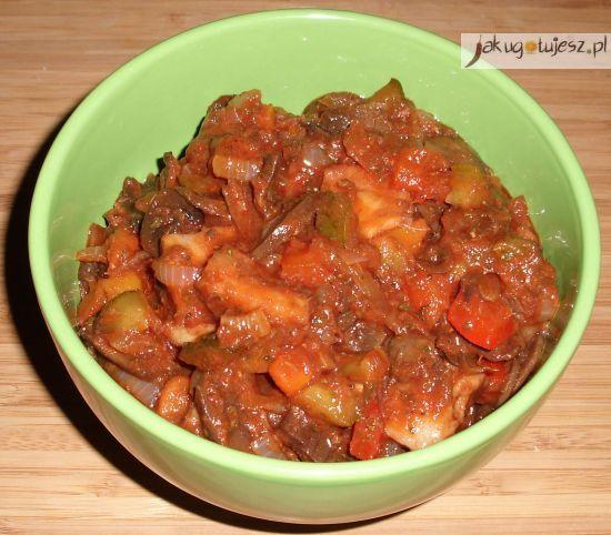 Sałatka ze śledziem w sosie pomidorowym
