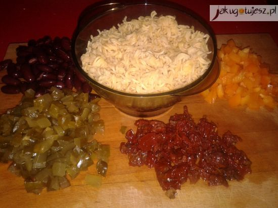 Sałatka makaronowa z czerwoną fasolą i suszonymi pomidorami