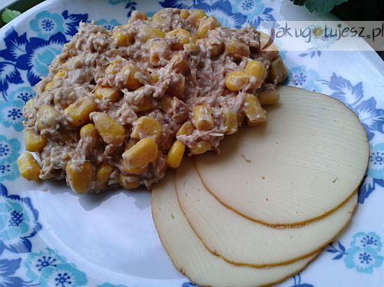 Sałatka z tuńczykiem i wędzonym serem
