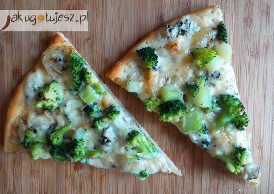 Pizza z brokułem i serem pleśniowym