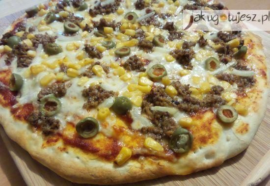 Pizza z tuńczykiem, oliwkami, kukurydzą i cebulą